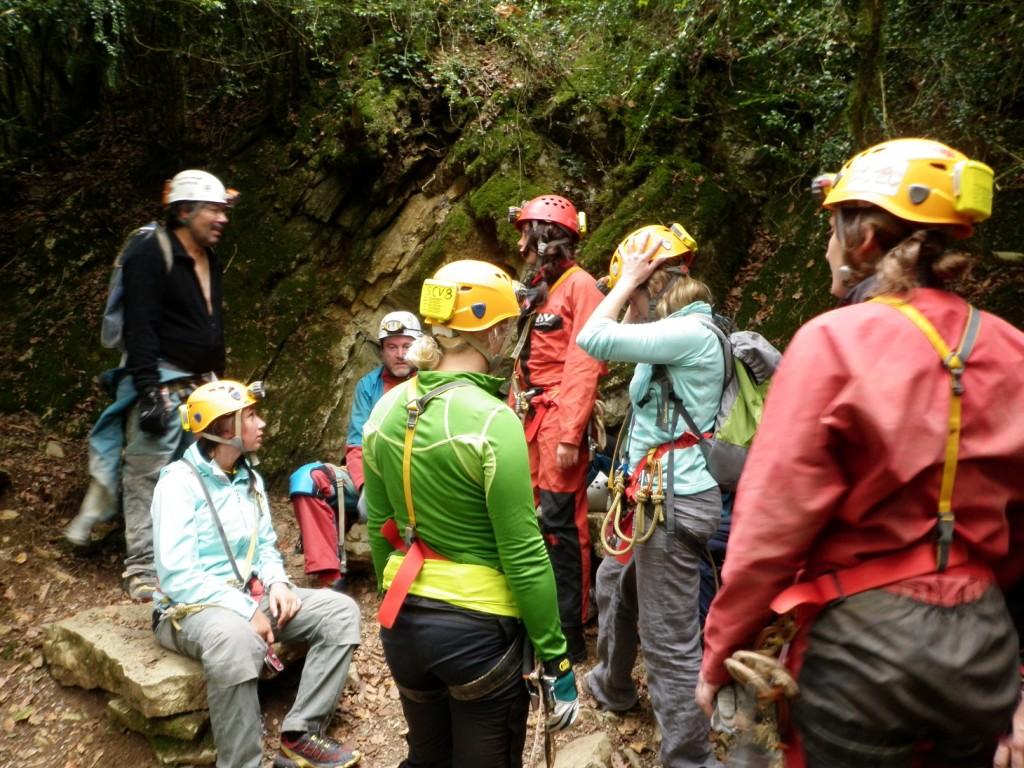 Dernier briefing à l'entrée de la grotte de Jujurieux